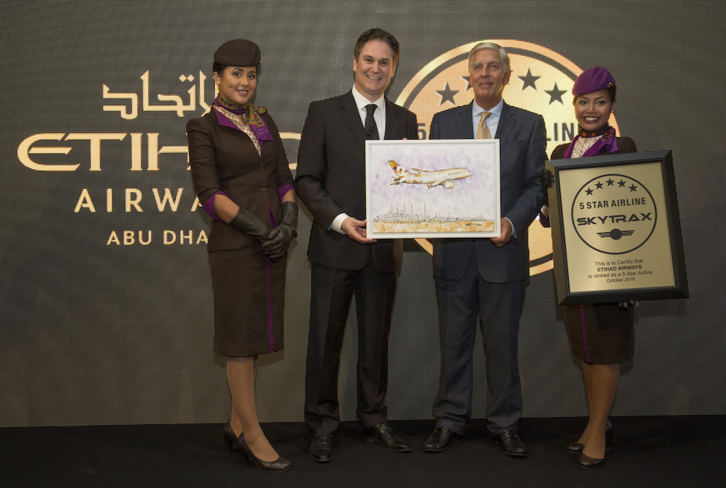 Peter Baumgartner, CEO van Etihad Airways (links) en Edward Plaisted, CEO van Skytrax (rechts)