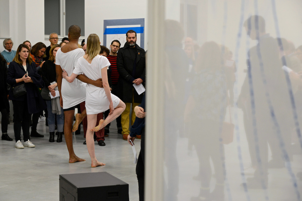 Jimmy Robert, A clean line that starts from the shoulder<br/>Performance gebracht door Jimmy Robert en Gala Moody in M - Museum Leuven, 19 november 2015<br/>Foto (c) Isabelle Arthuis