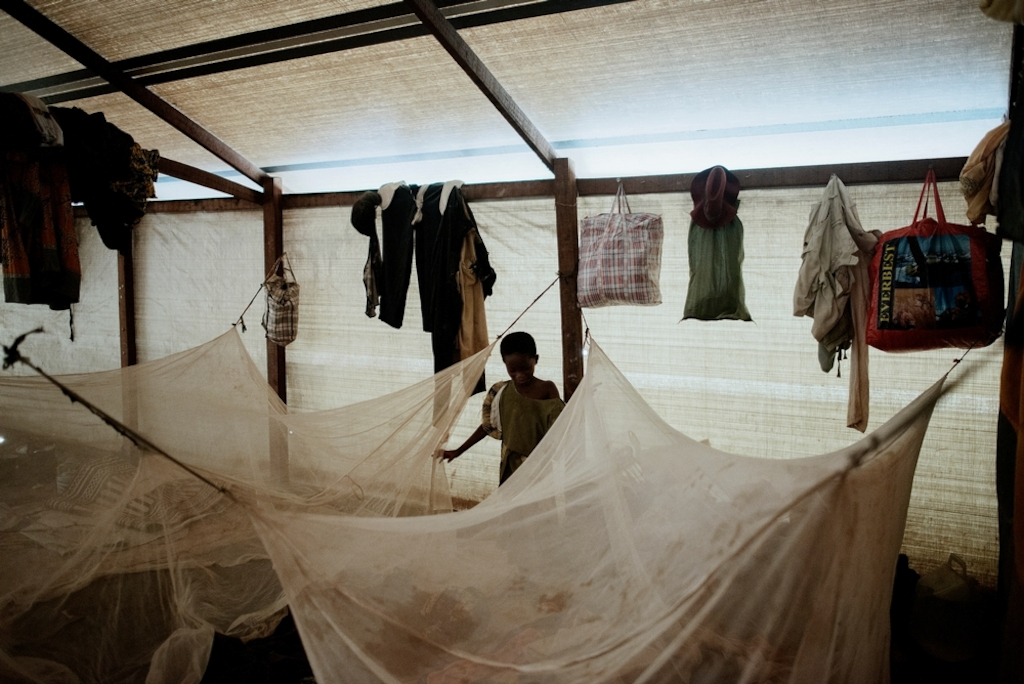 MSF159658<br/>Interior of a large shelter at a displaced persons camp in Benzvi, Bangui.