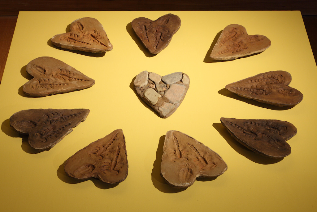 Yto Barrada. Lying Stone Hearts (Fake fossil series, two scorpions an trilobite), 2015 © Yto Barrada. Courtesy Sfeir-Semler Gallery, Hamburg/Beirut; Pace Gallery, Londen; Galerie Polaris, Paris. Photo (c) Dirk Pauwels