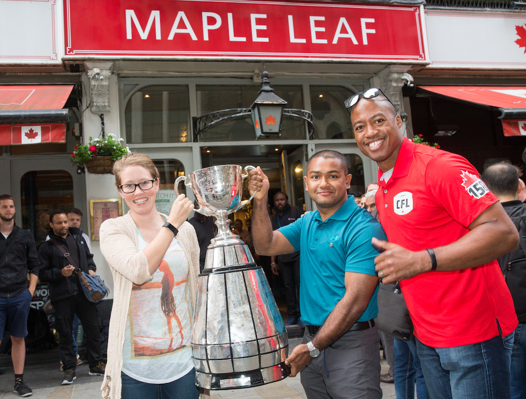 Matelot-chef Smallwood, Matelot-chef Kyaw Myint et Henry Burris à l'extérieur du Maple Leaf Sports Bar and Grill. Crédit photo: Jim Ross/LCF.