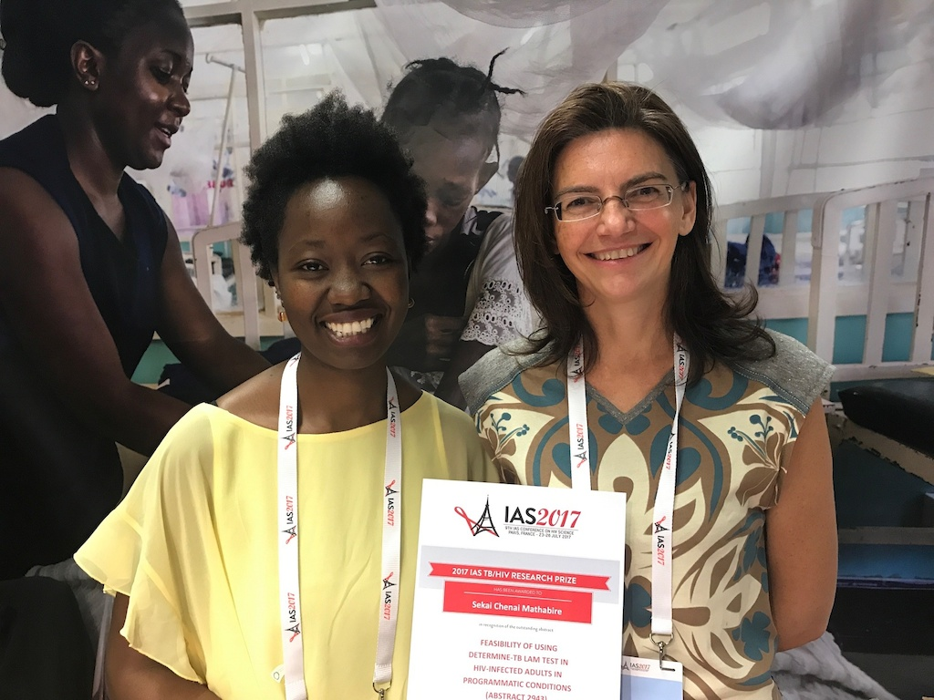 Chenai Mathabire (left), Zim nurse who scooped a prize for best research at IAS 2017. Photographer: MSF