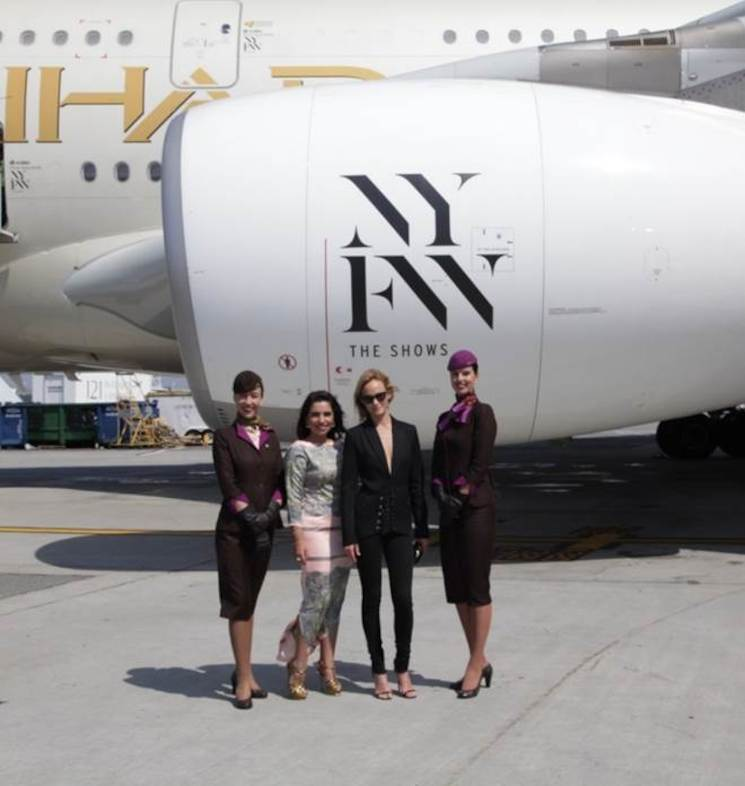 Van links naar rechts: Amina Taher, Head of Corporate Communications Etihad Airways en supermodel Amber Valletta onthullen op JFK International Airport de livery van de A380, met logo op de motoren en deuren.